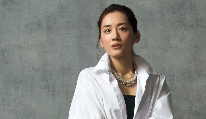 ヴァレンティノのシャツを着た女優・綾瀬 はるかさん。