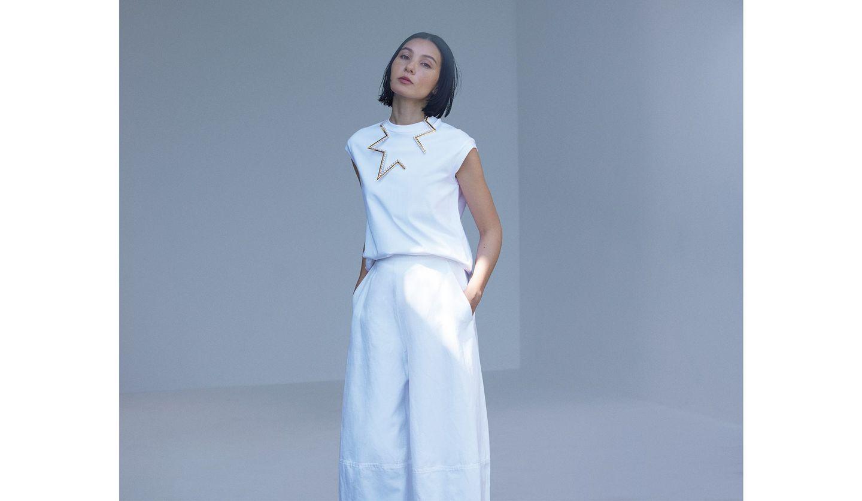 白いTシャツにTASAKIのネックレスをあわせたコーディネート