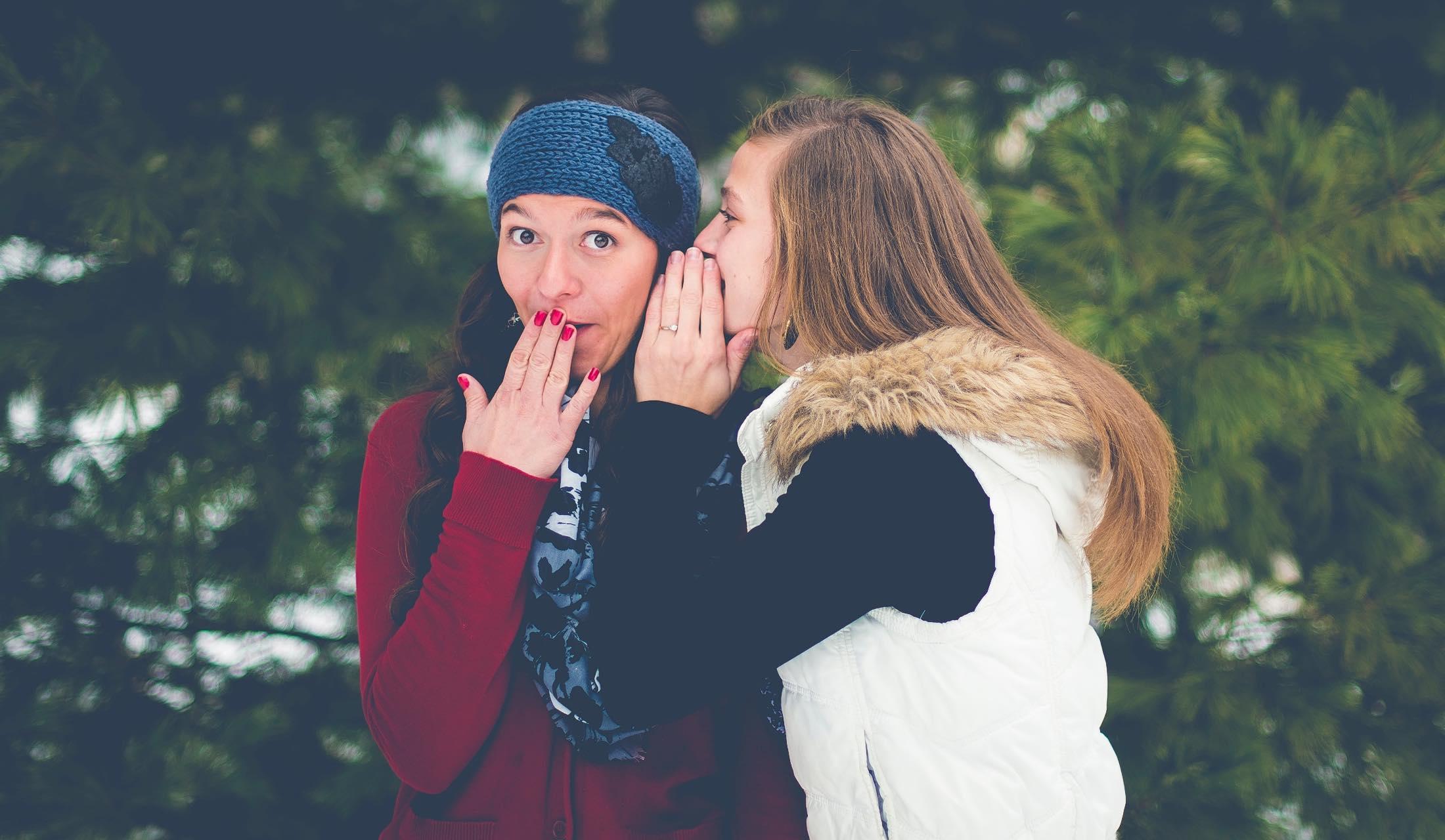 会話をしている女性二人