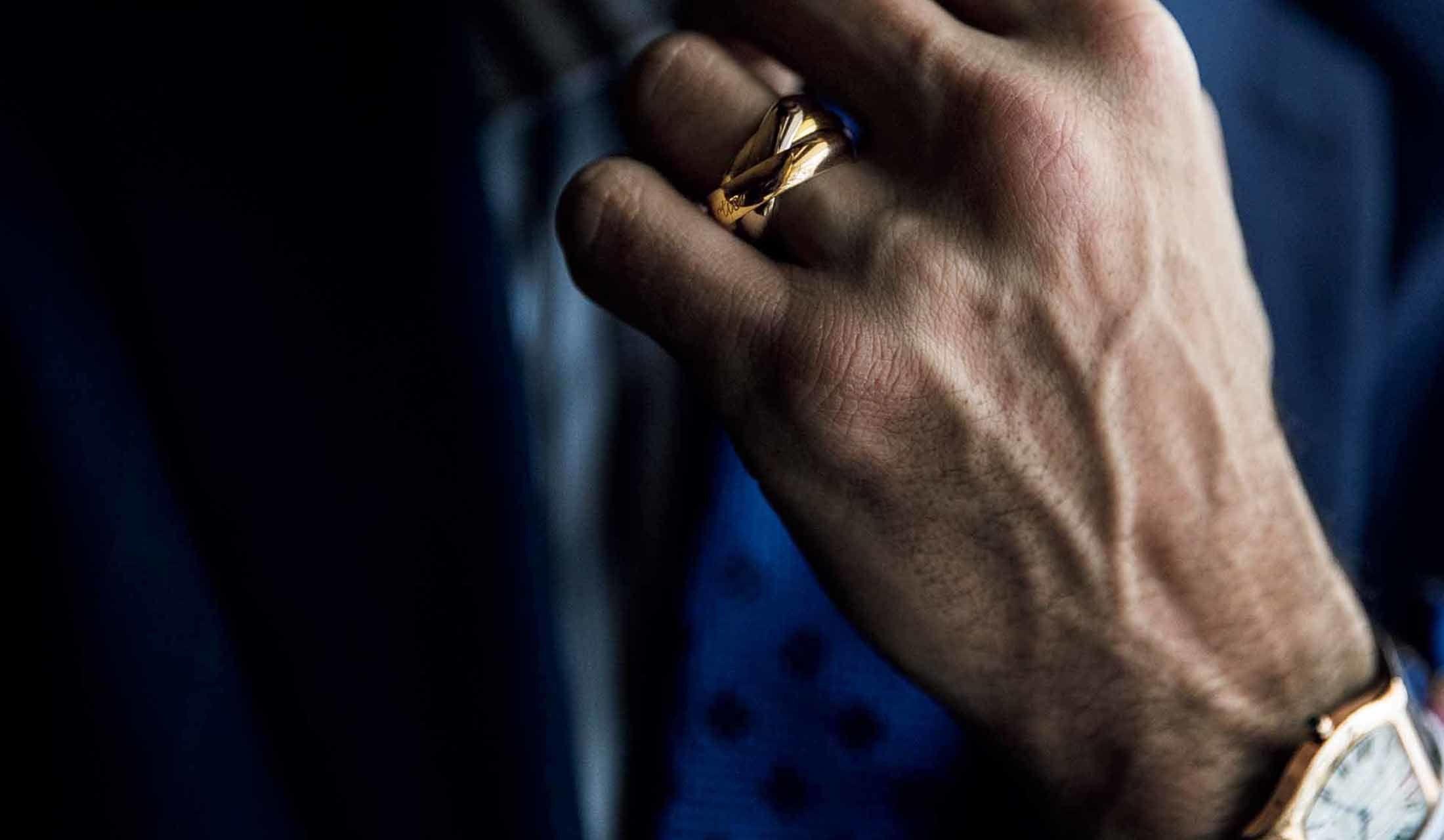 指輪をはめている外国人モデル