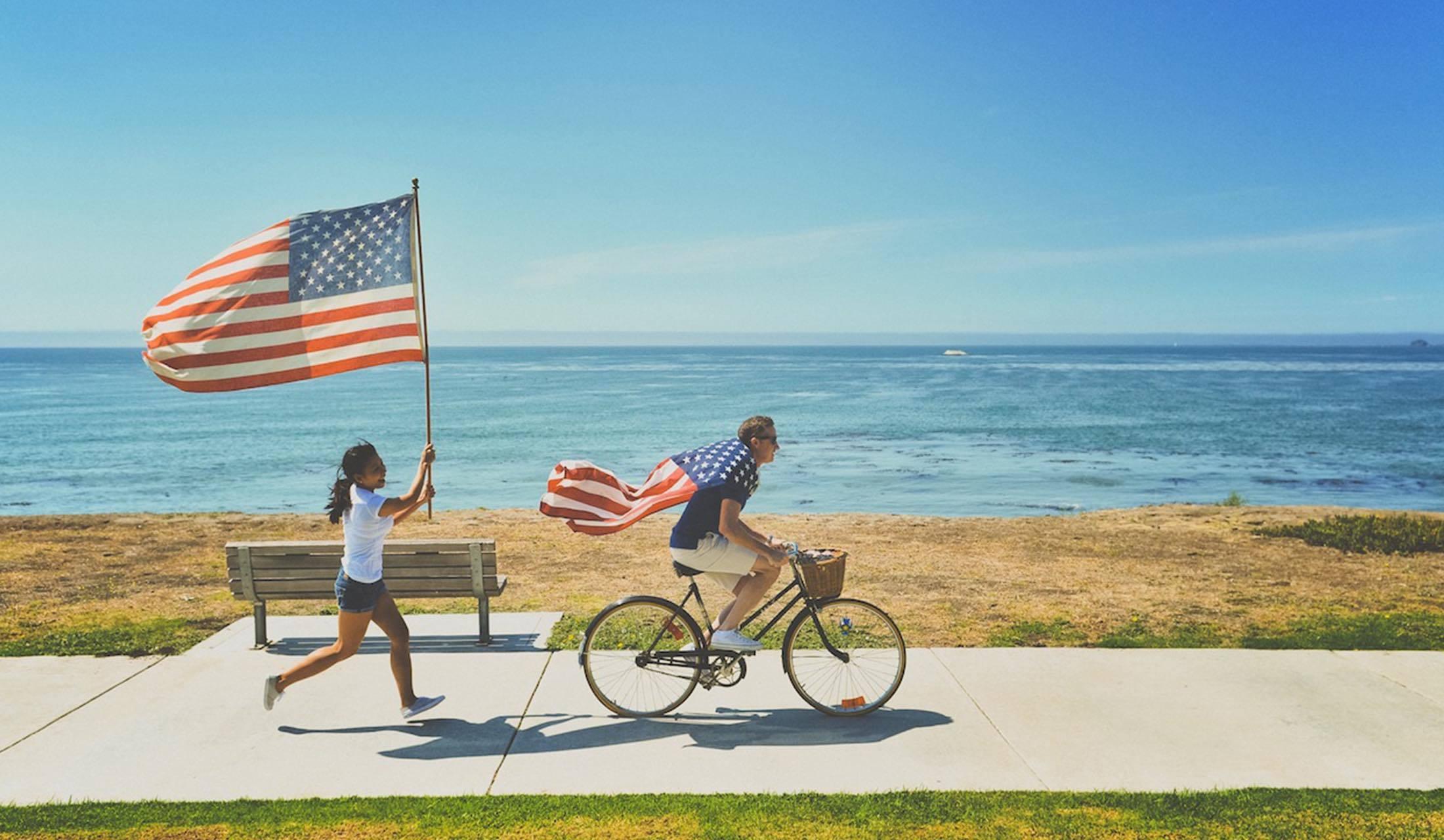 アメリカの国旗とともに走る男女