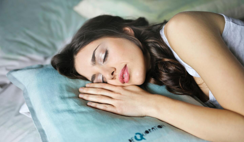 女性が眠っている画像