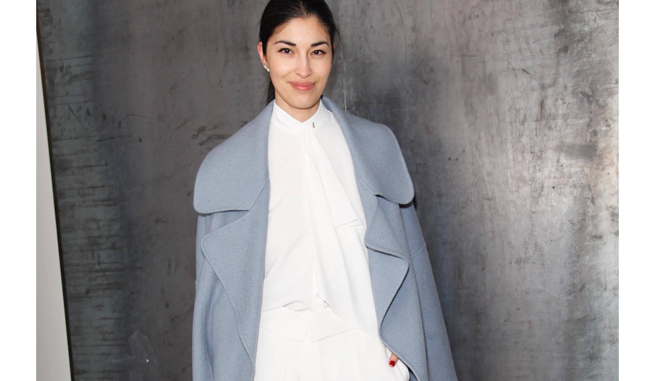 ダスティーブルーのコートを着用した海外マダムのスナップ写真