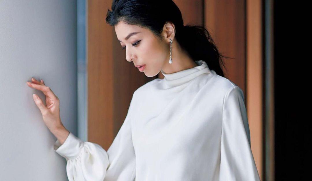 白ブラウスを纏った女性