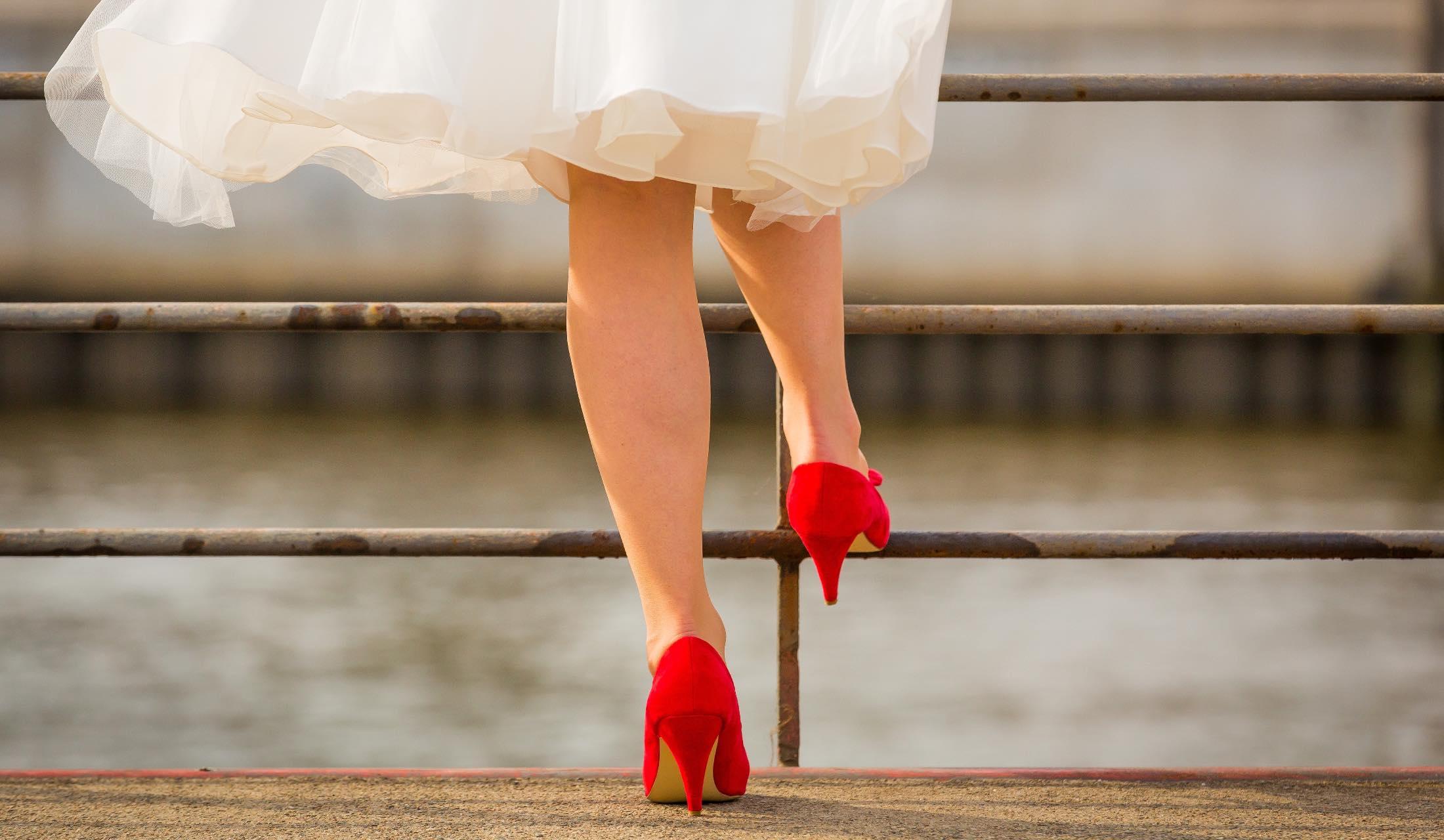 白いスカートと赤い靴を着た女性