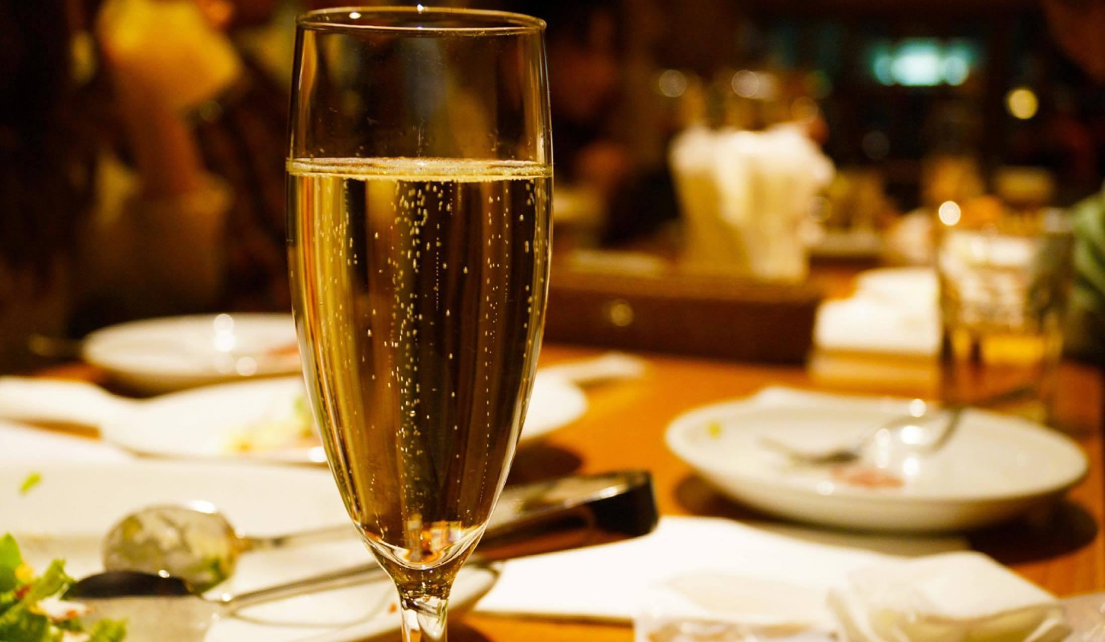 シャンパングラスと食卓