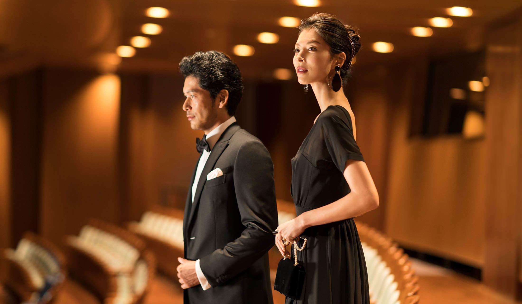 新国立劇場のオパラパレス客席に立つ生方さんと久保田さん