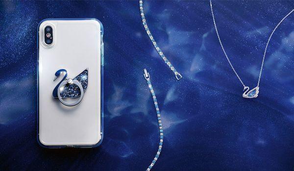 スマホケースやブルーのジュエリーが登場!スワロフスキーの新作アイテム3選