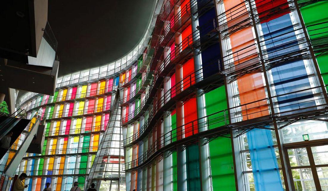 「六本木アートナイト 2018」で国立新美術館のガラスのファサードを彩る鬼頭健吾さんの作品「hanging colors」