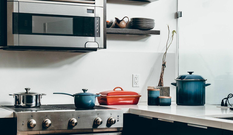 鍋が置かれたキッチンの画像