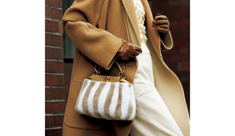 フェンディのバッグ「ピーカブー アイコニックミニ」を使ったコーディネート