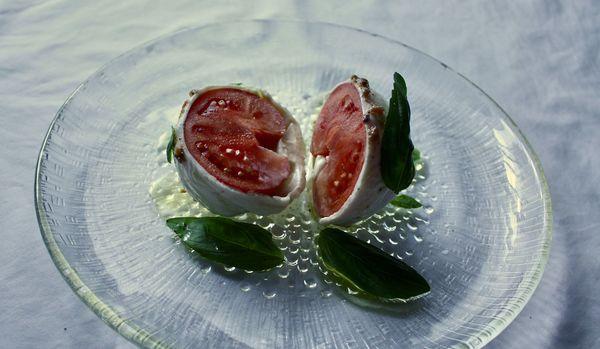【レシピ】ヴィジュアル勝負のおしゃれ前菜!「丸ごとトマトのカプレーゼ」でおもてなし