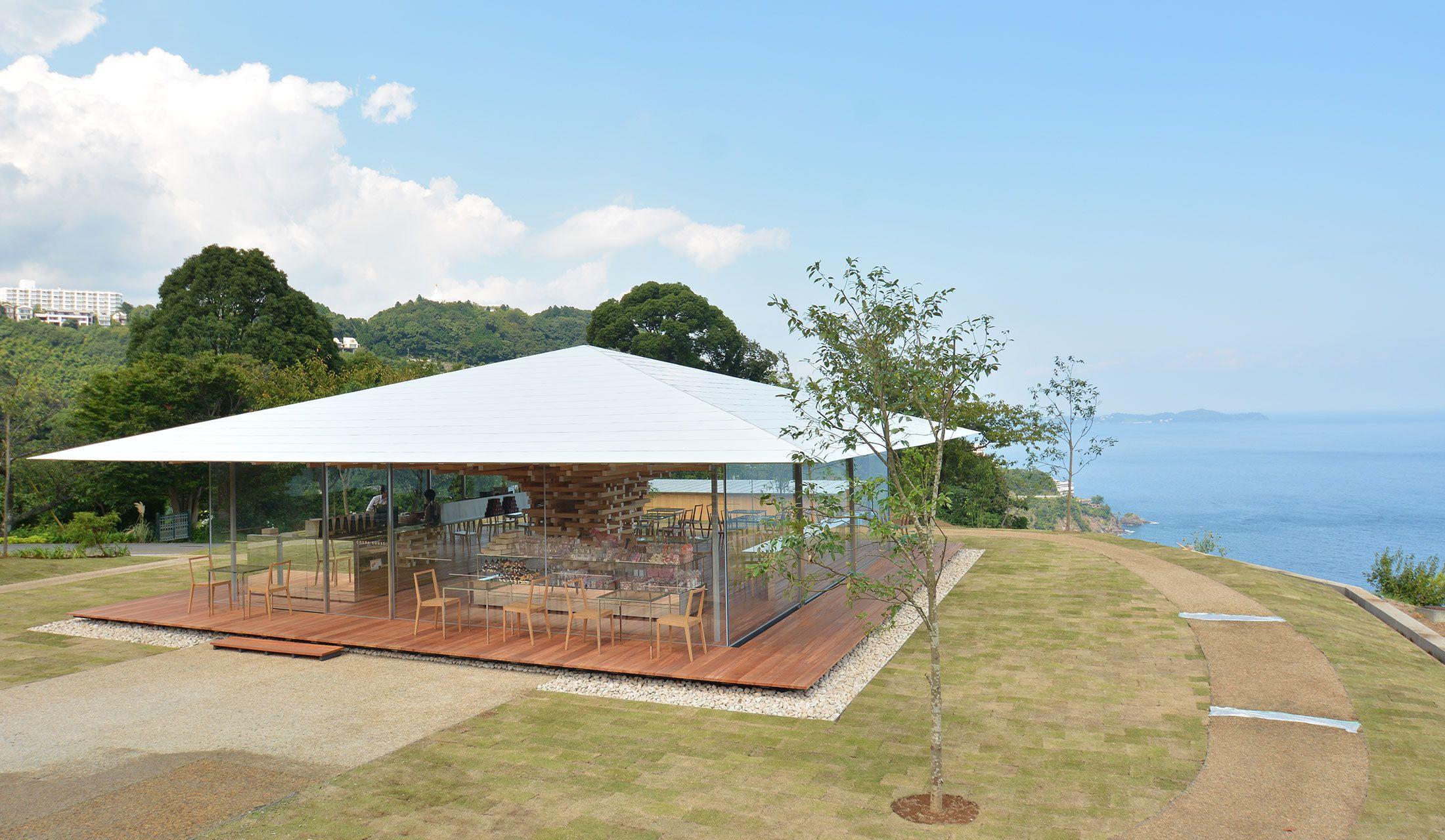 熱海のアカオハーブ&ローズガーデン内に隈 研吾さんが手がけるカフェ「COEDA HOUSE」がオープン