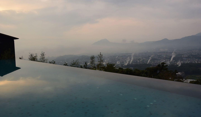 湯煙が立ち上る別府温泉郷の風景