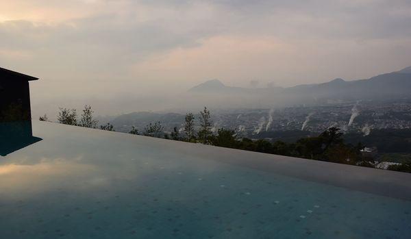 インフィニティプールから、湯煙が立ち上る温泉郷・別府の街を見下ろせる「絶景」ホテルへ!