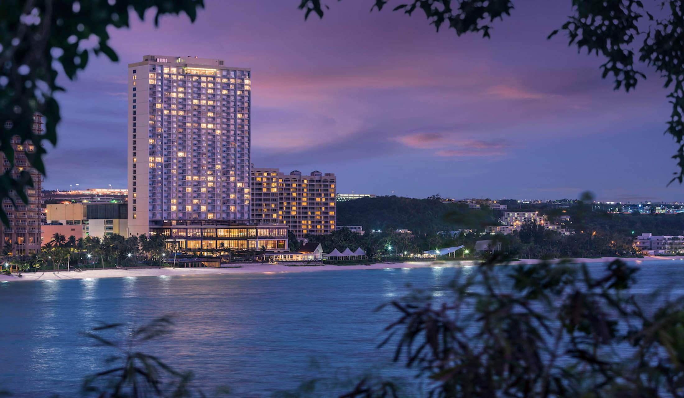 タモン湾の中心地、アウトリガーとハイアットの合間のオンザビーチに位置する「デュシタニグアム リゾート(Dushithani Guam Resort)」