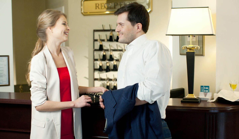 ホテルのロビーで楽しげに話す男女