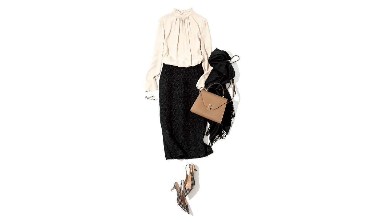 黒のスカートにベージュのブラウスを合わせたコーディネート