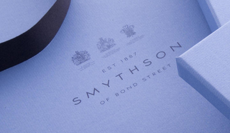 3つの紋章がプリントされたスマイソンのギフトボックス