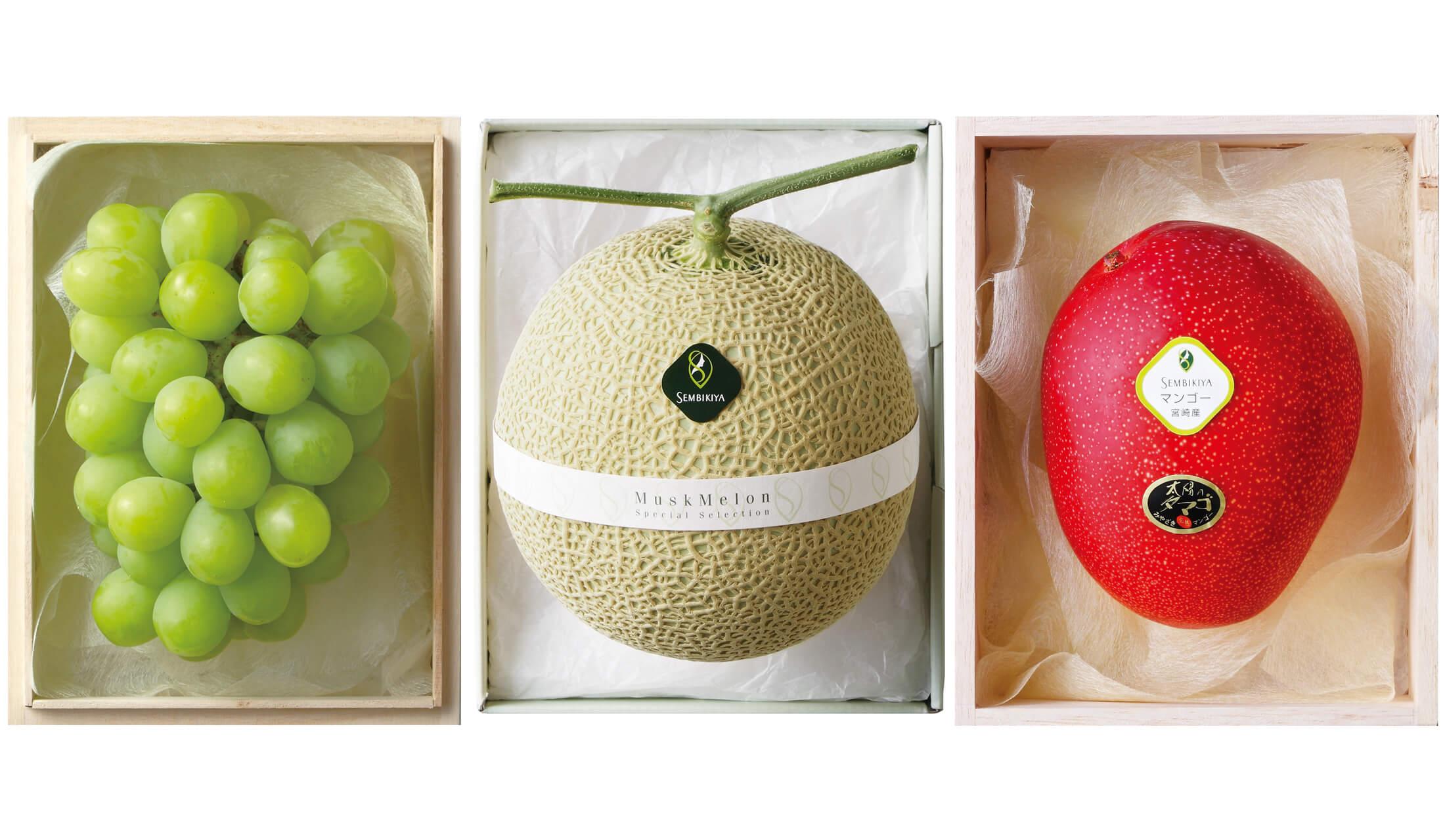 左から、箱に入ったマスカット、メロン、赤いマンゴーが並んでいる