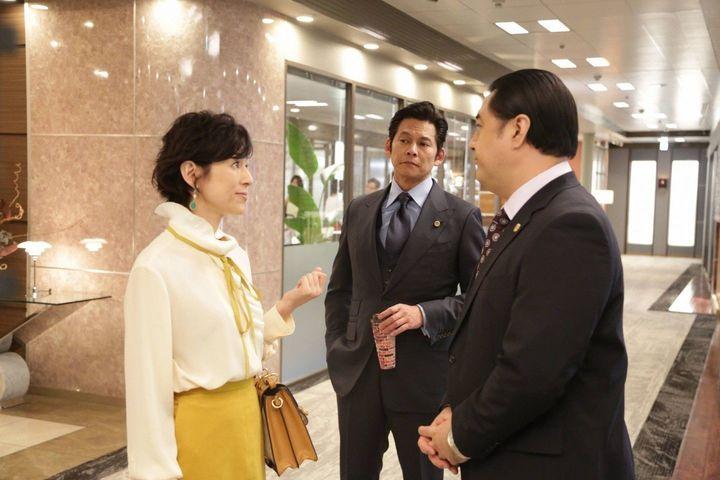 ドラマ「スーツ2」の鈴木保奈美さんと織田裕二さん