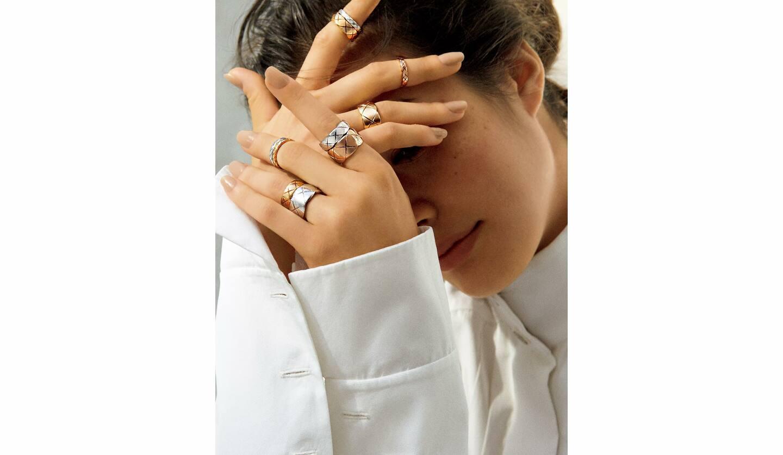 リング『ココ クラッシュ』 左手/人さし指の指先から[ミディアム WG]・[ラージ BG]・中指の指先から[ミニ WG]・[ミニYG]・薬指の指先から[ミディアム YG]・[ラージ WG]・右手/人さし指の指先から[ミニ WG]・[ミディアム BG]・中指[ミニ BG]・薬指[ラージ YG]・ブラウス/参考商品(シャネル)