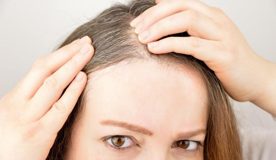 髪の分け目を気にする女性