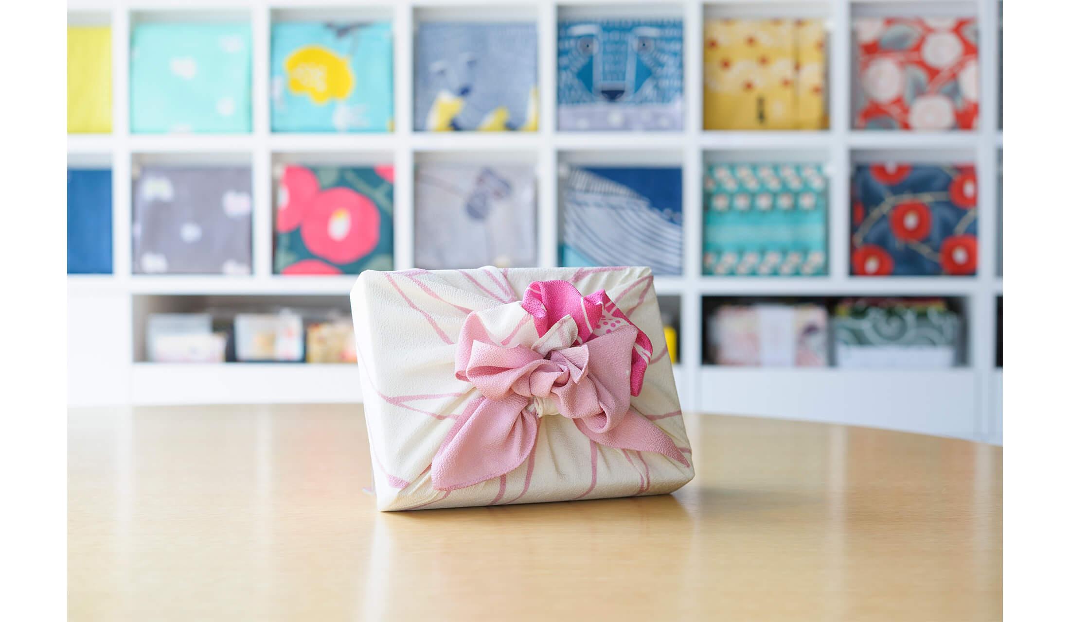風呂敷専門店「むす美」の店内にて記事で紹介する「花包み」の完成形