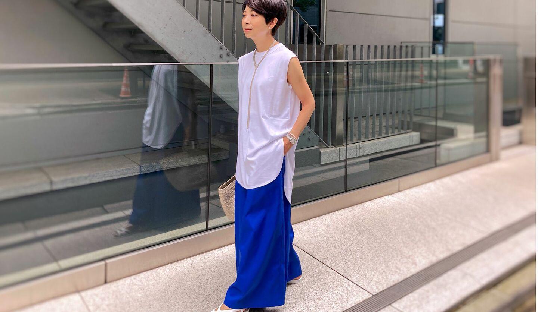 白のTシャツにロイヤルブルーのパンツを合わせたコーディネート