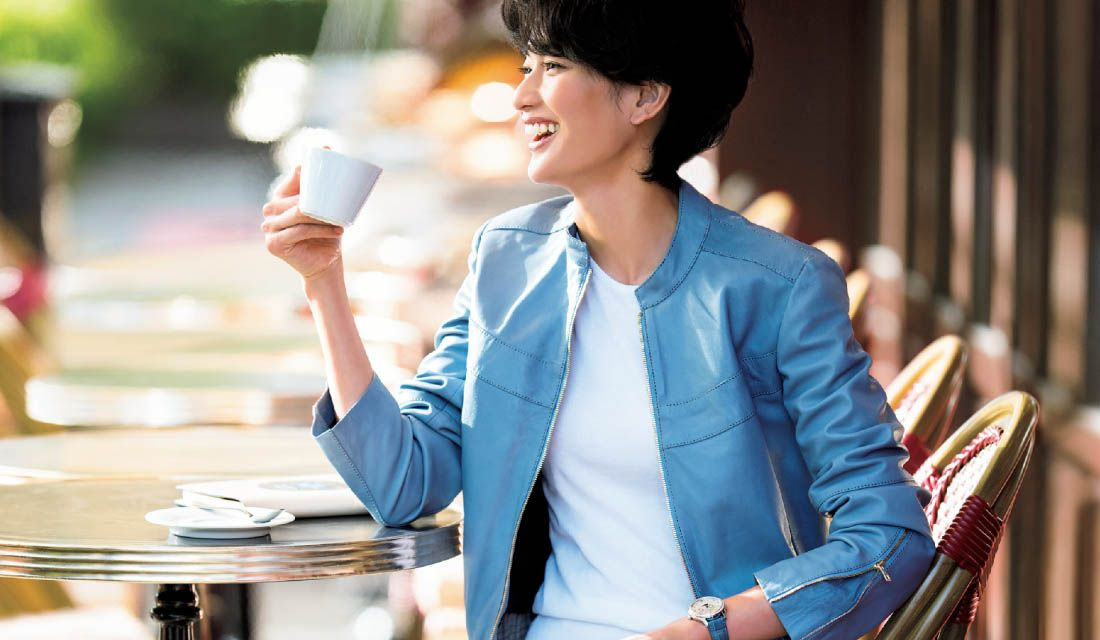 春らしいブルーのブルゾンに身を包んだモデル渡辺佳子さん