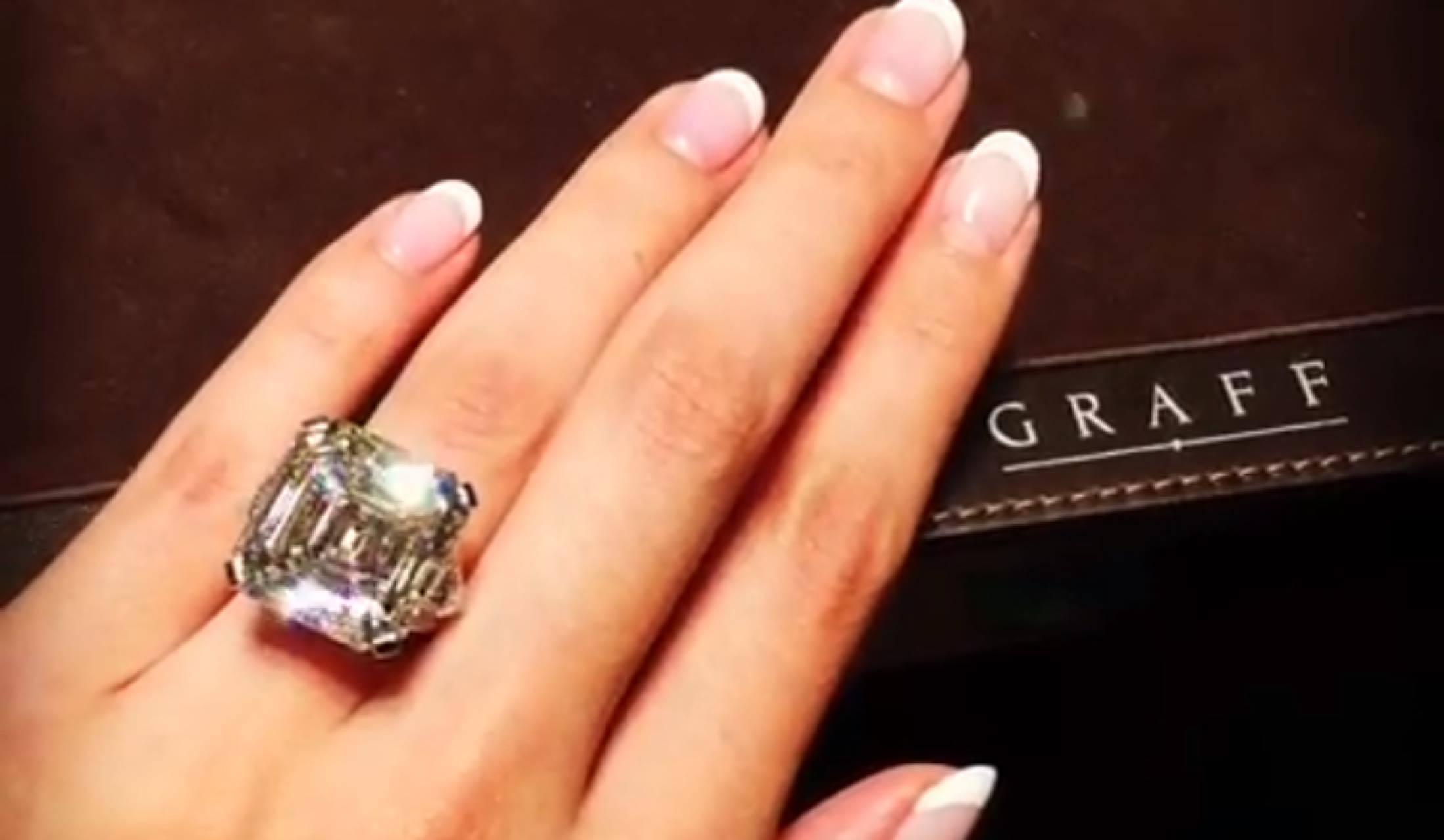 グラフの大粒ダイヤモンドの指輪を付けた女性の手
