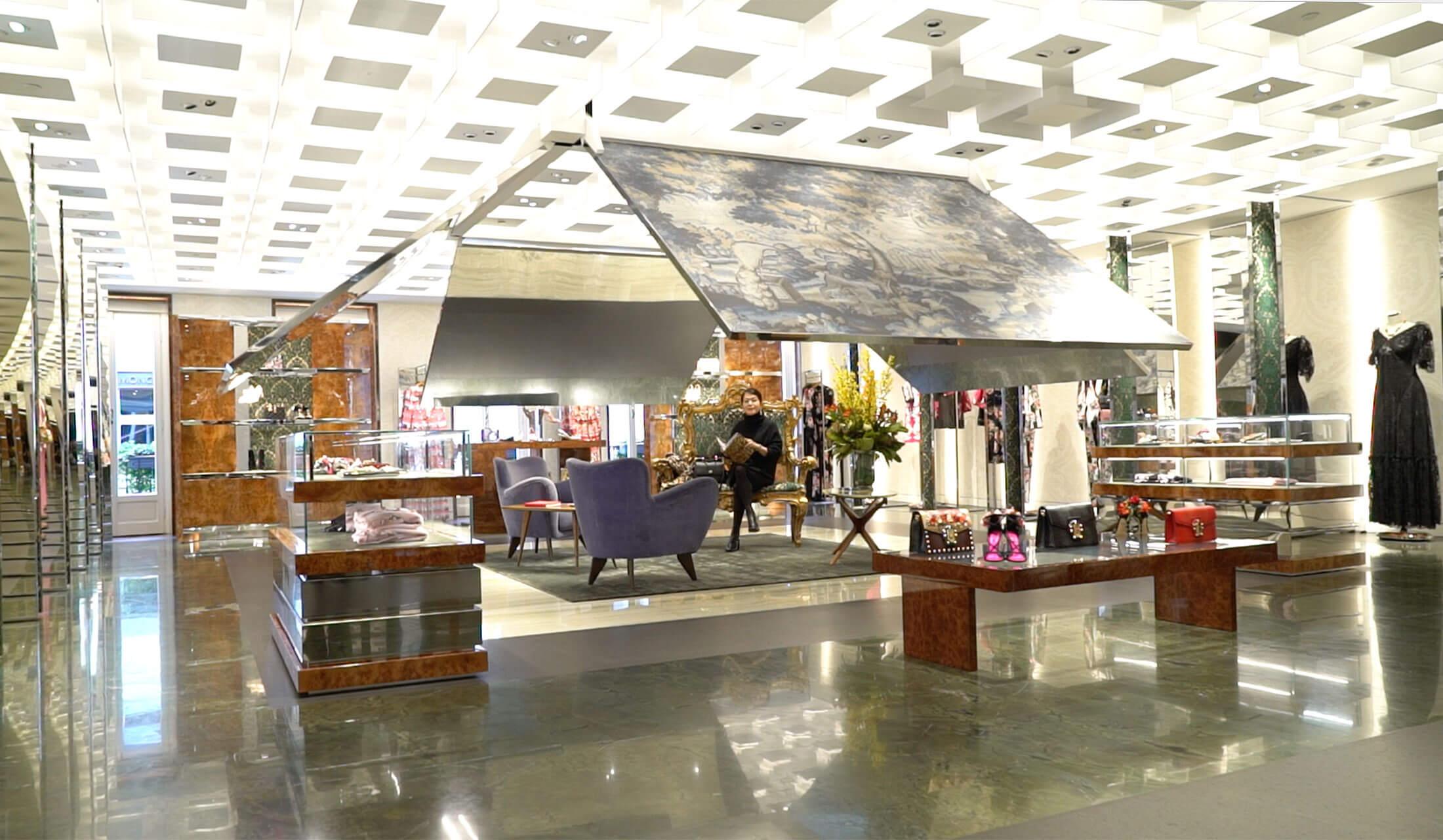 ドルチェ&ガッバーナのミラノ・モンテナポレオーネ店の自動で開閉する3Dパネル