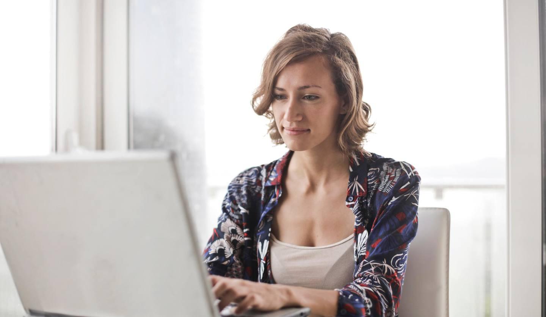 パソコンを叩く女性