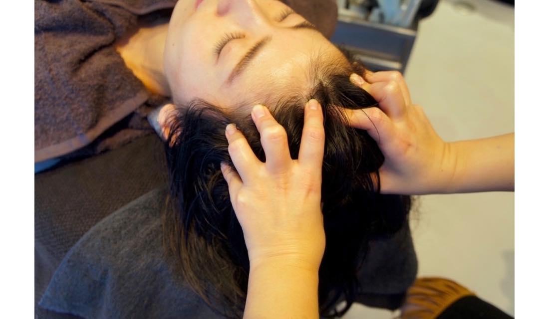 uka 恵比寿三越店にてヘッドスパを体験するライターY氏