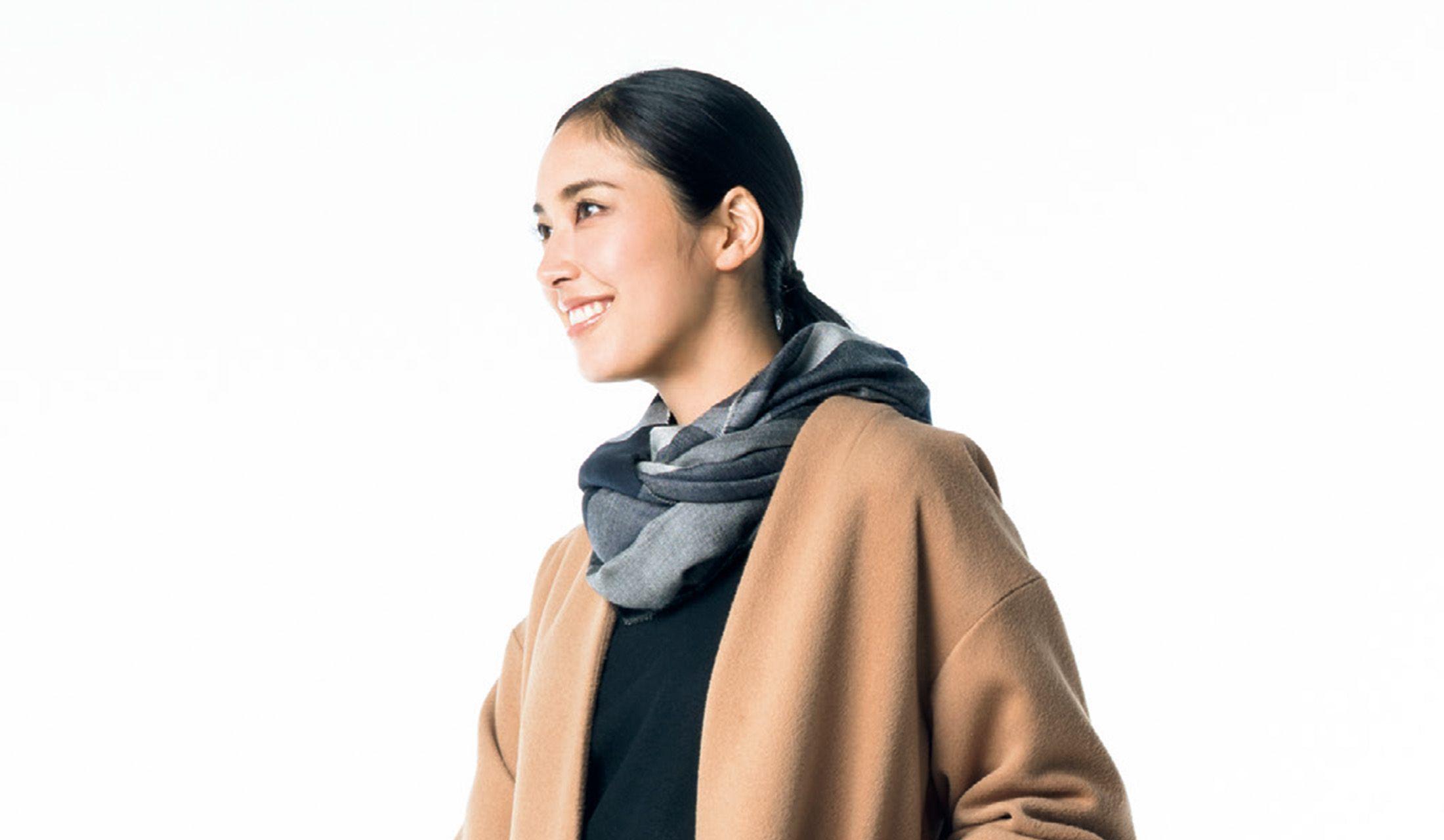 ノーカラーコートを着た立野リカさん