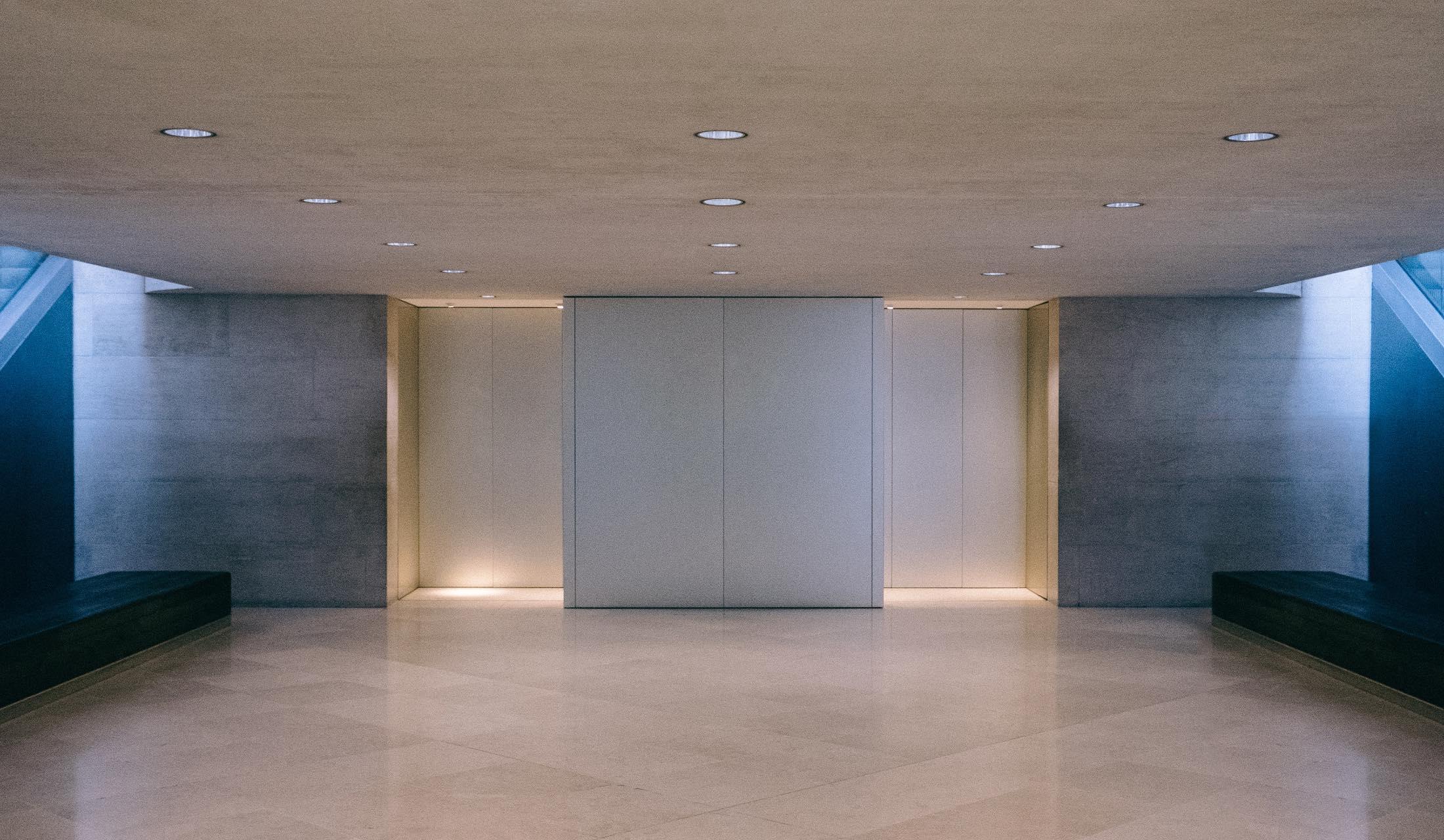 エレベーターの中でポージングをする女性