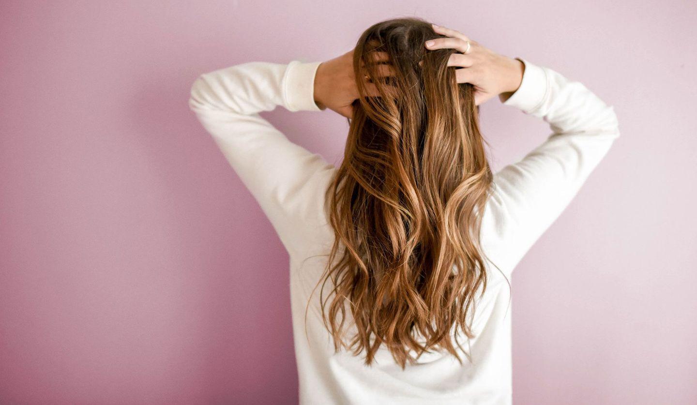 美しい髪を持つ女性の後ろ姿