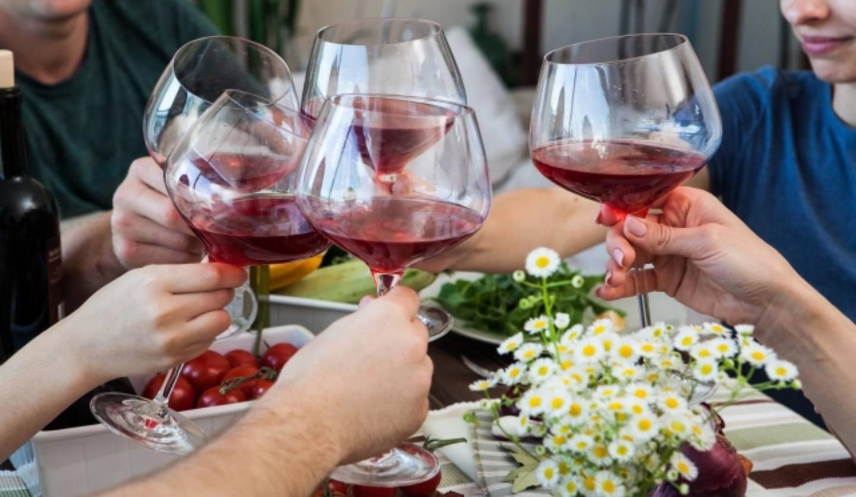 ワインで乾杯している人々