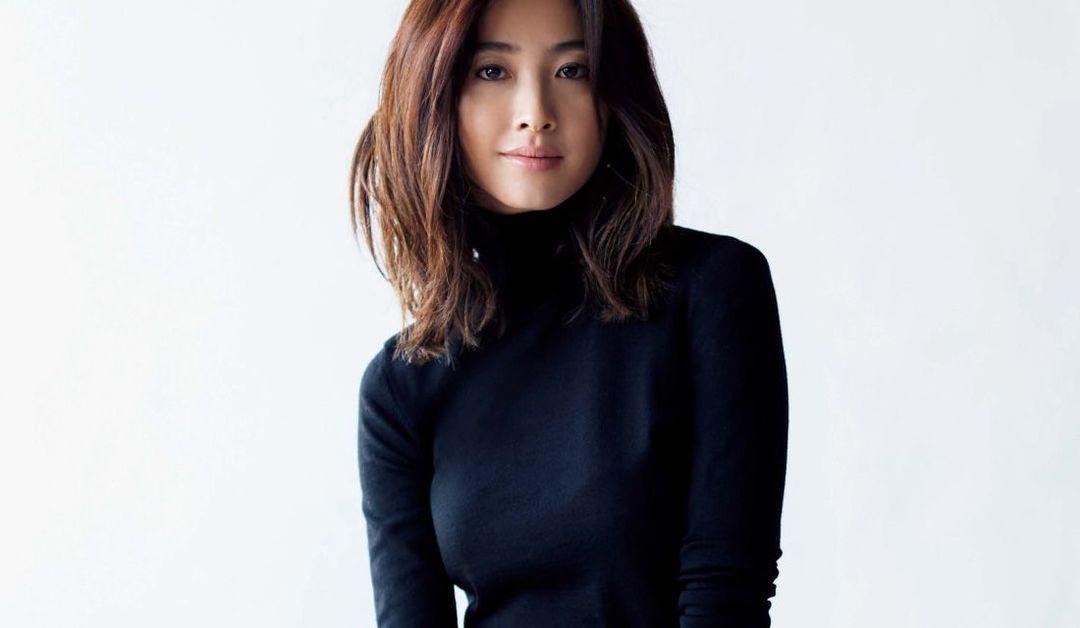黒のタートルニットを着るミディアムヘアの女性