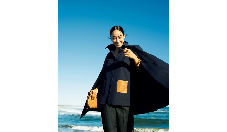 「ロエベ」のケープジャケットを着た女性