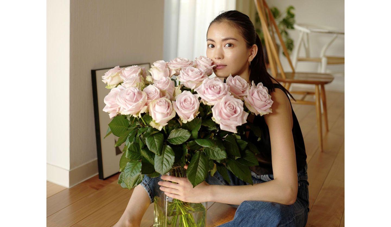 「フロム サムウェア フラワーズ(from somewhere flowers)」の花を持つモデルの矢野未希子さん