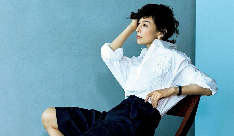 メンズのアイテムを着こなした鈴木保奈美さんの写真