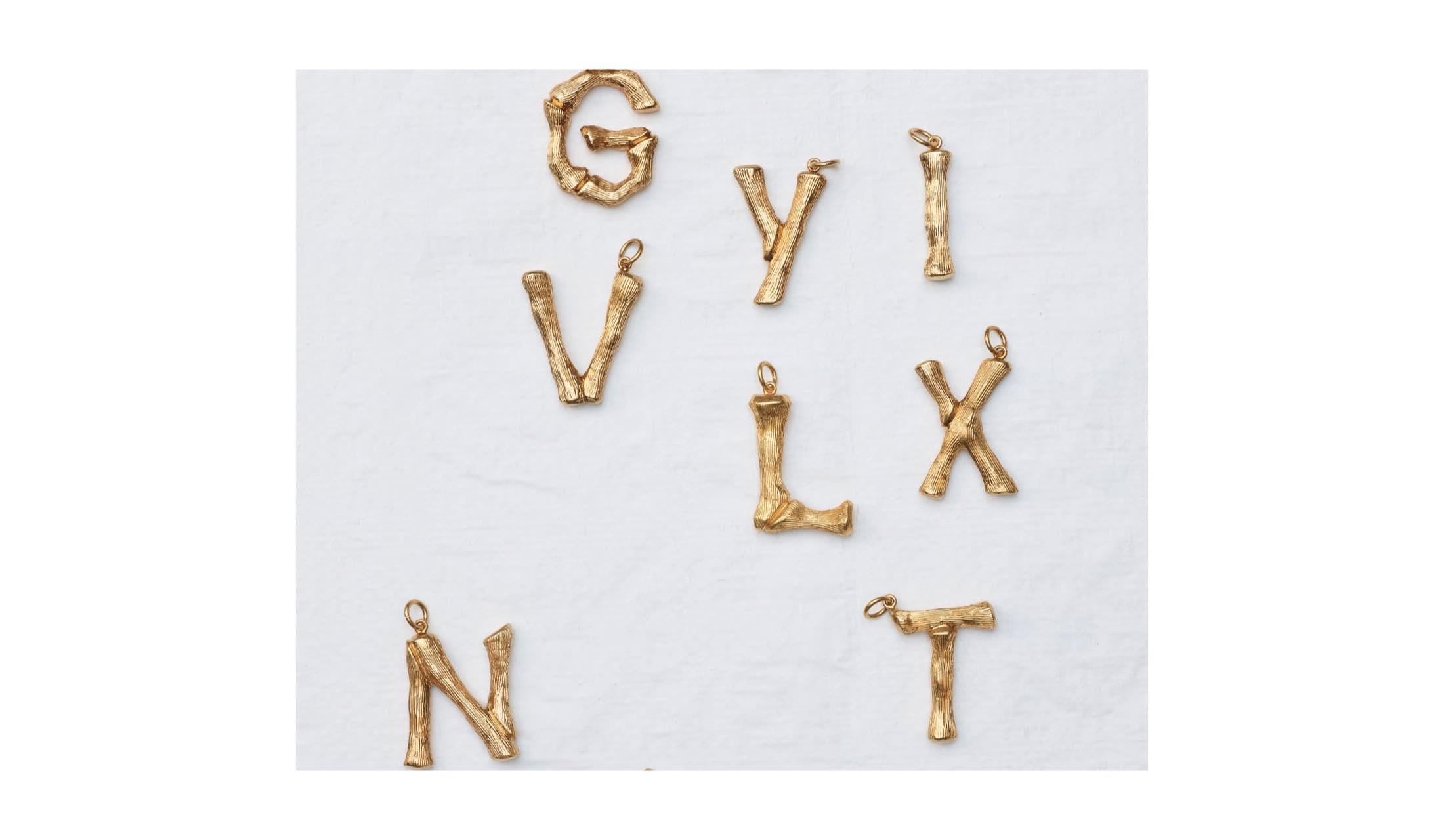 セリーヌのアルファベットチャームの写真