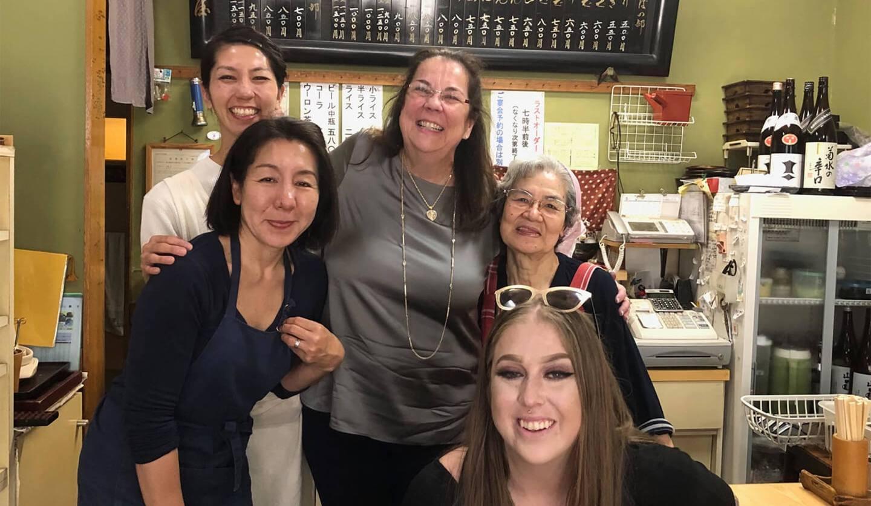 記念撮影をする5人の女性