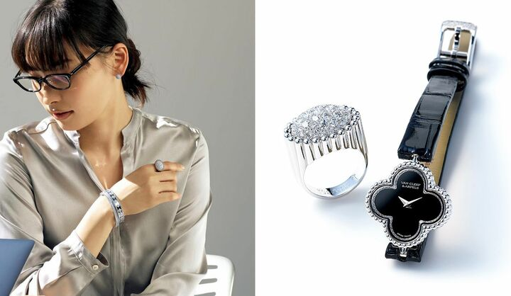 左/バングル(上から)ともに[WG×ダイヤモンド]¥2,784,000、¥2,352,000・リング[WG×ダイヤモンド]¥2,280,000・ピアス[WG×ダイヤモンド]¥1,272,000(ヴァン クリーフ&アーペル)、ブラウス¥49,000(チェルキ〈ソフィエ〉) 、その他/私物、右/(左から)『ペルレ』ダイヤモンド パヴェ リング[WG×ダイヤモンド]¥2,280,000、時計『スウィート アルハンブラ ウォッチ』[WG×オニキス×ダイヤモンド、サイズ:縦22.7×横22.7mm、交換可能な黒(+1本)のアリゲーターストラップ、クオーツ]¥1,572,000(ヴァン クリーフ&アーペル