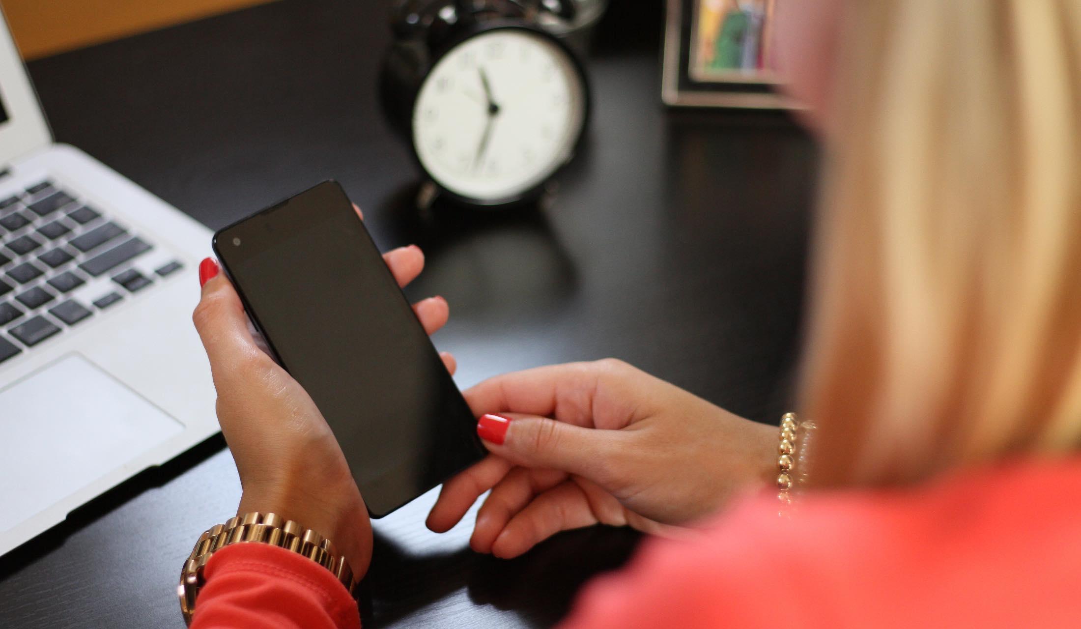 スマートフォンを手にしている女性
