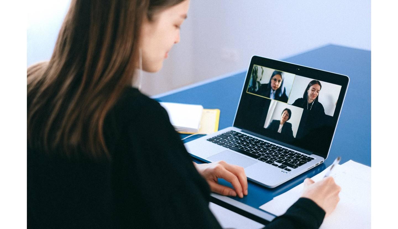 パソコン画面を見る女性