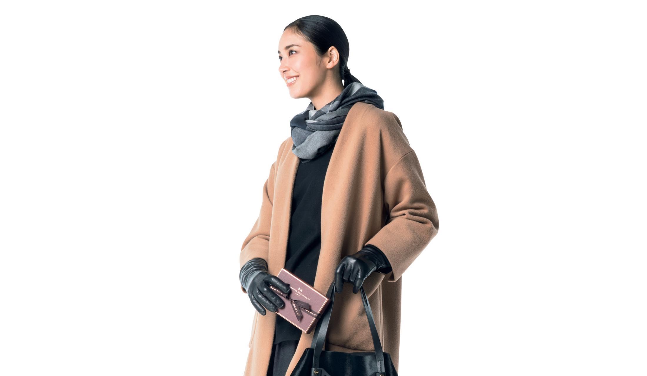 フーデッド巻きの着こなしに身を包んだモデル立野リカさん