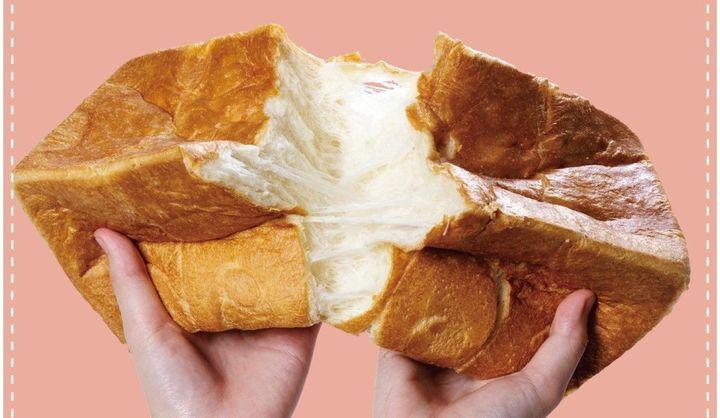 食パンをちぎっている写真