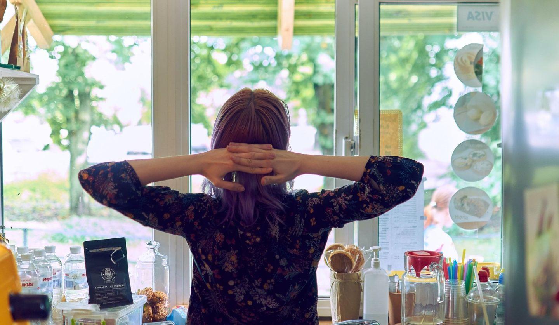 台所で後ろ姿の女性 Photo by Bohdan Maylove on Unsplash
